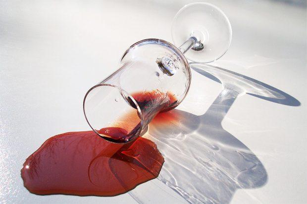 Cum scoti petele de vin rosu - pahar cu vin rosu varsat pe jos