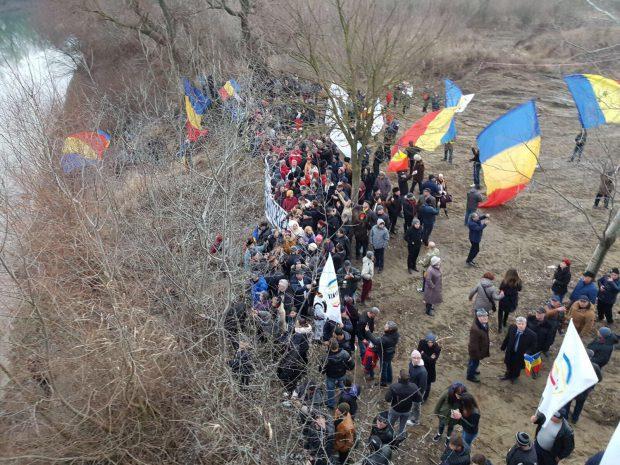 """FOTO/""""Revelionul Unioniștilor"""". Românii și basarabenii au întins un steag de o sută de metri peste Prut"""