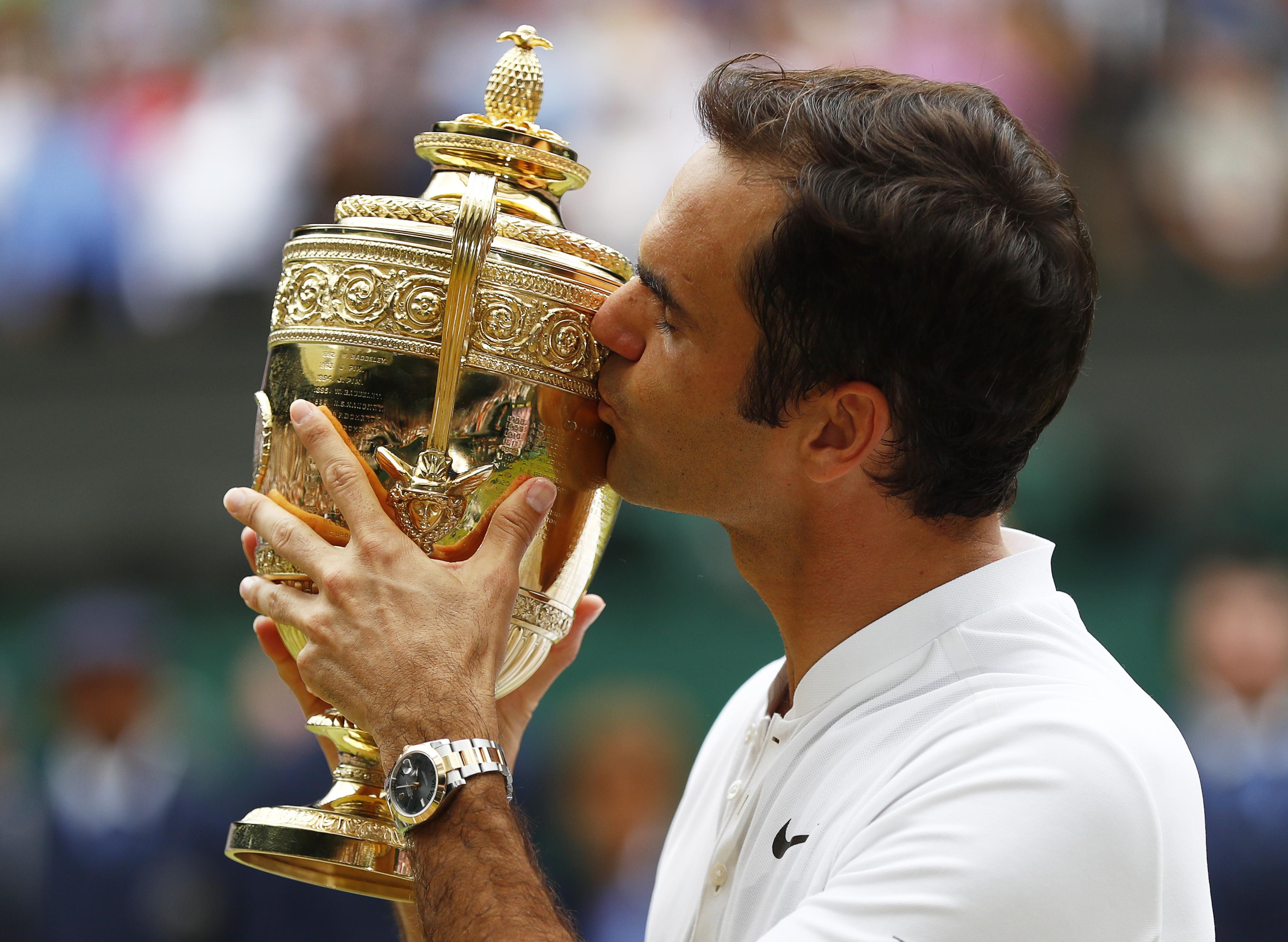 Roger Federer sărută trofeul cucerit la Wimbledon 2017. (FOTO: EPA)