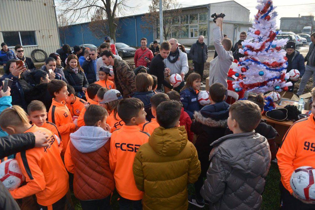 """EXCLUSIV/ Tănase și Niță, """"ajutoarele"""" lui Moș Crăciun! Suprize în lanț, pentru copiii și juniorii de la FCSB, la baza din Berceni!"""