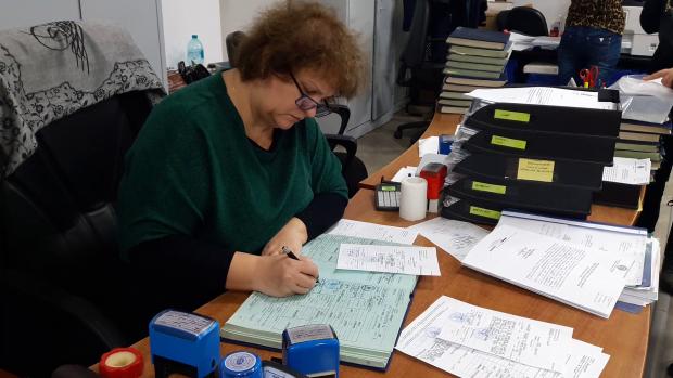 Ofițerii de la Biroul de Stare Civilă al Primăriei Sectorului 5 completează certificatele și registrele doar cu cerneala-minune care are o garanție de o sută de ani