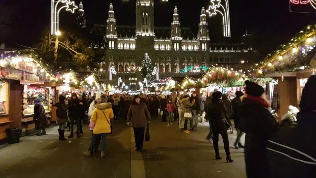 Târgul de Crăciun din Viena nu impresionează prin decoraţiunile luminoase