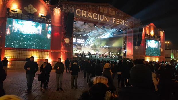 Scena de concerte amenajată în inima Târgului de Crăciun din Bucureşti