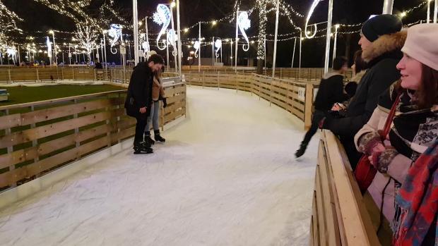 La Târgul din Viena, aleile unui parc din apropiere au fost îngheţate şi transformate în patinoar