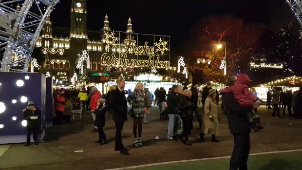 Mulţi spun că, anul acesta, Târgul de Crăciun din Bucureşti, mai spectaculos decât cel din Viena