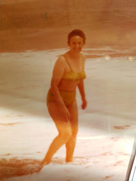 Elena Ceauşescu a fost fotografiată în costum de baie pe o plajă privată din Neptun