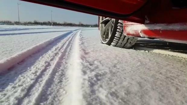 Anvelopele de iarnă sunt esenţiale pentru a circula în siguranţă pe zăpadă