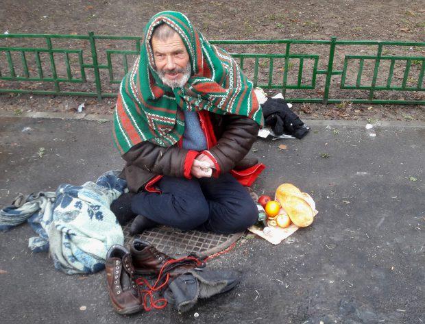 Șocant. Cum arată mâinile unui om al străzii într-o zi de iarnă. Se încălzește, uneori, la aburii unui canal