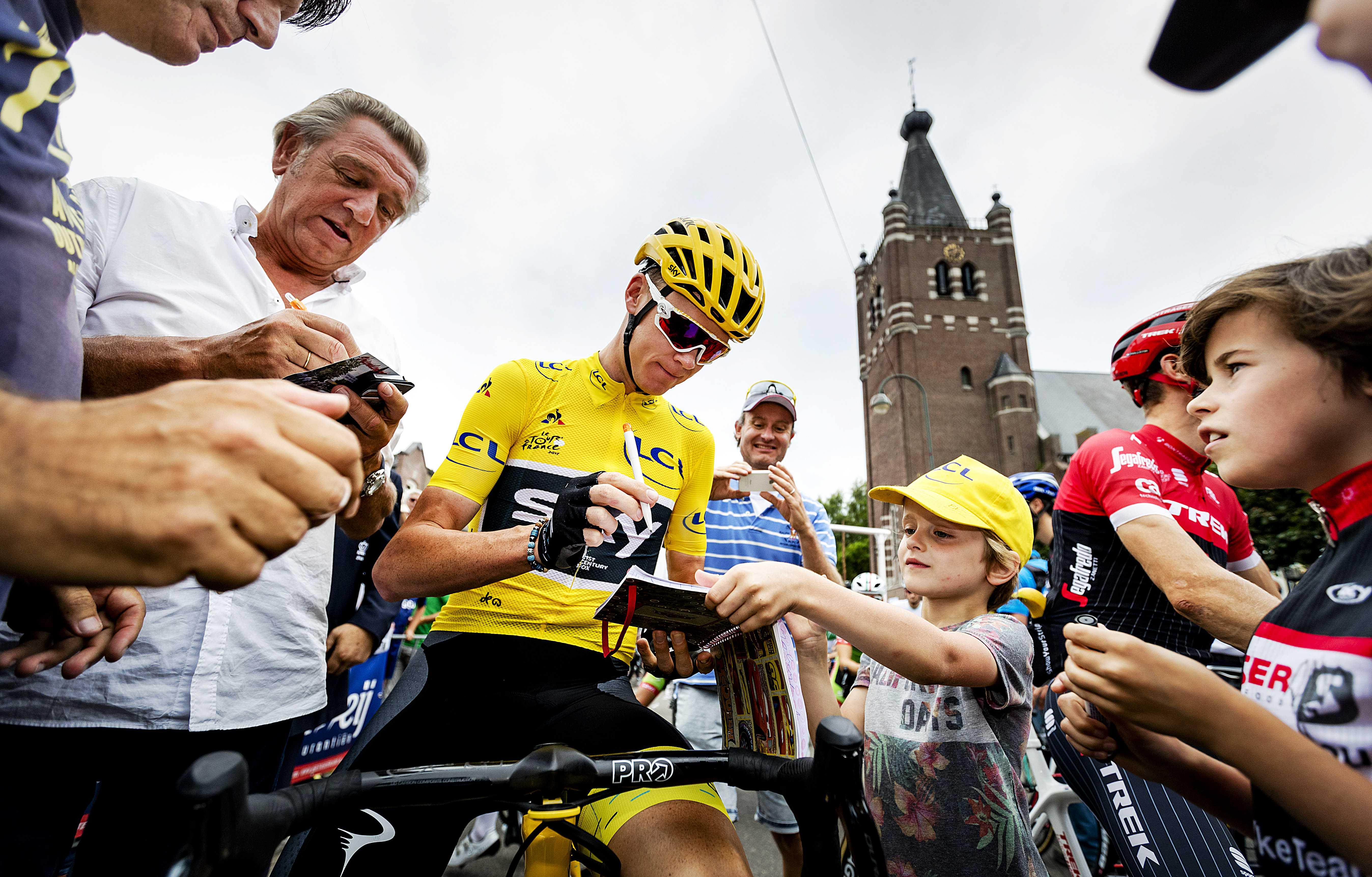 Chris Froome, acordând autografe fanilor. (FOTO: EPA)