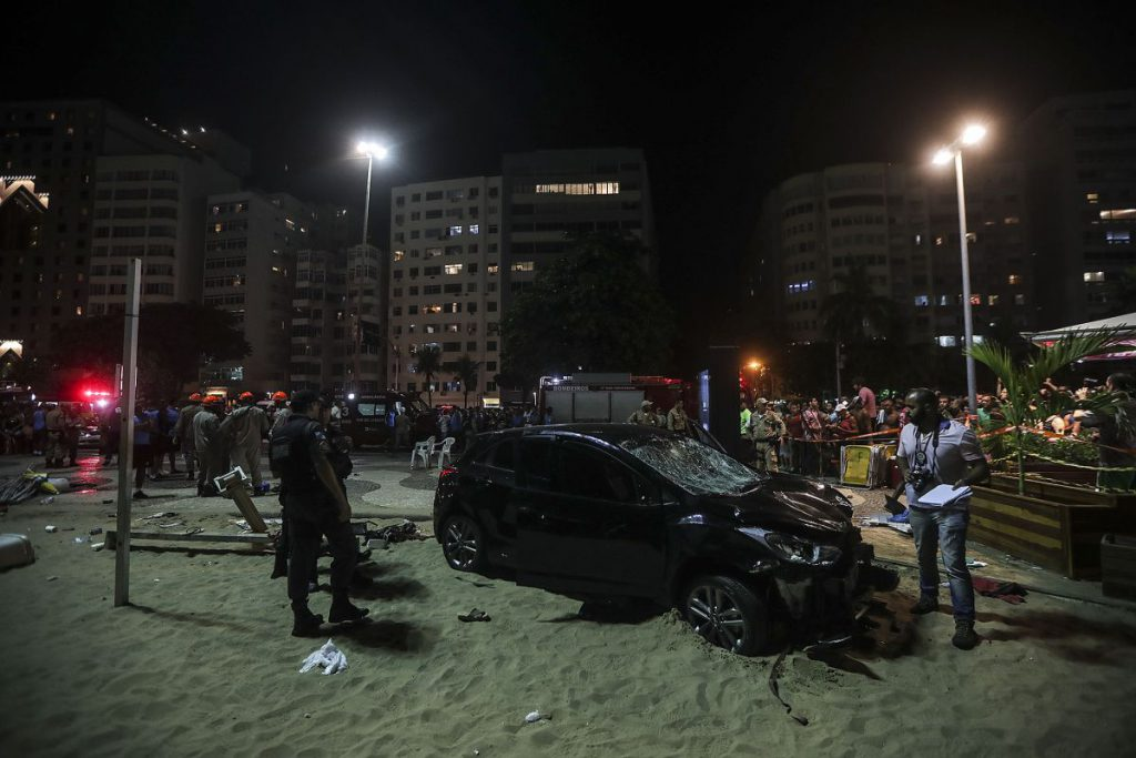 FOTO| O mașina a intrat în pietonii aflați pe plaja Copacabana din Rio de Janeiro. 15 persoane au fost rănite