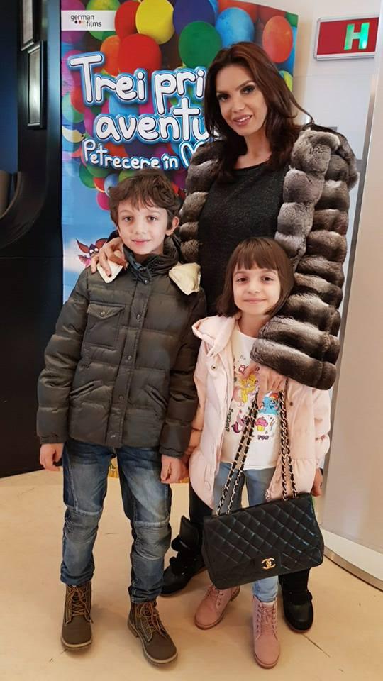 Cât de grijulie e Cristina Spătar cu copiii ei. Nedezlipită de ei