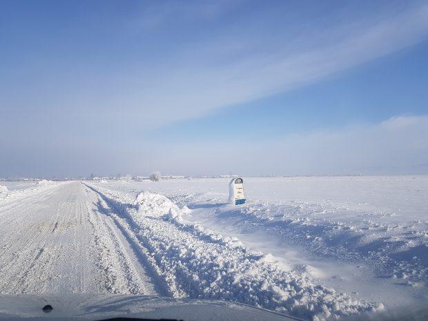 GALERIE FOTO   Drumul pe care nu-l deszăpezeşte nimeni, niciodată. Zăpada bătătorită și înghețată dispare doar primăvara
