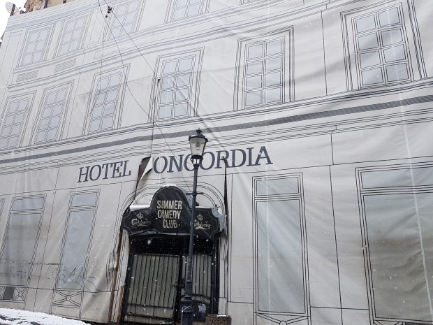 FOTO/Istorie acoperită de gunoi. Clădirea în care Cuza a semnat actul Unirii e o ruină de care nu-i pasă nimănui