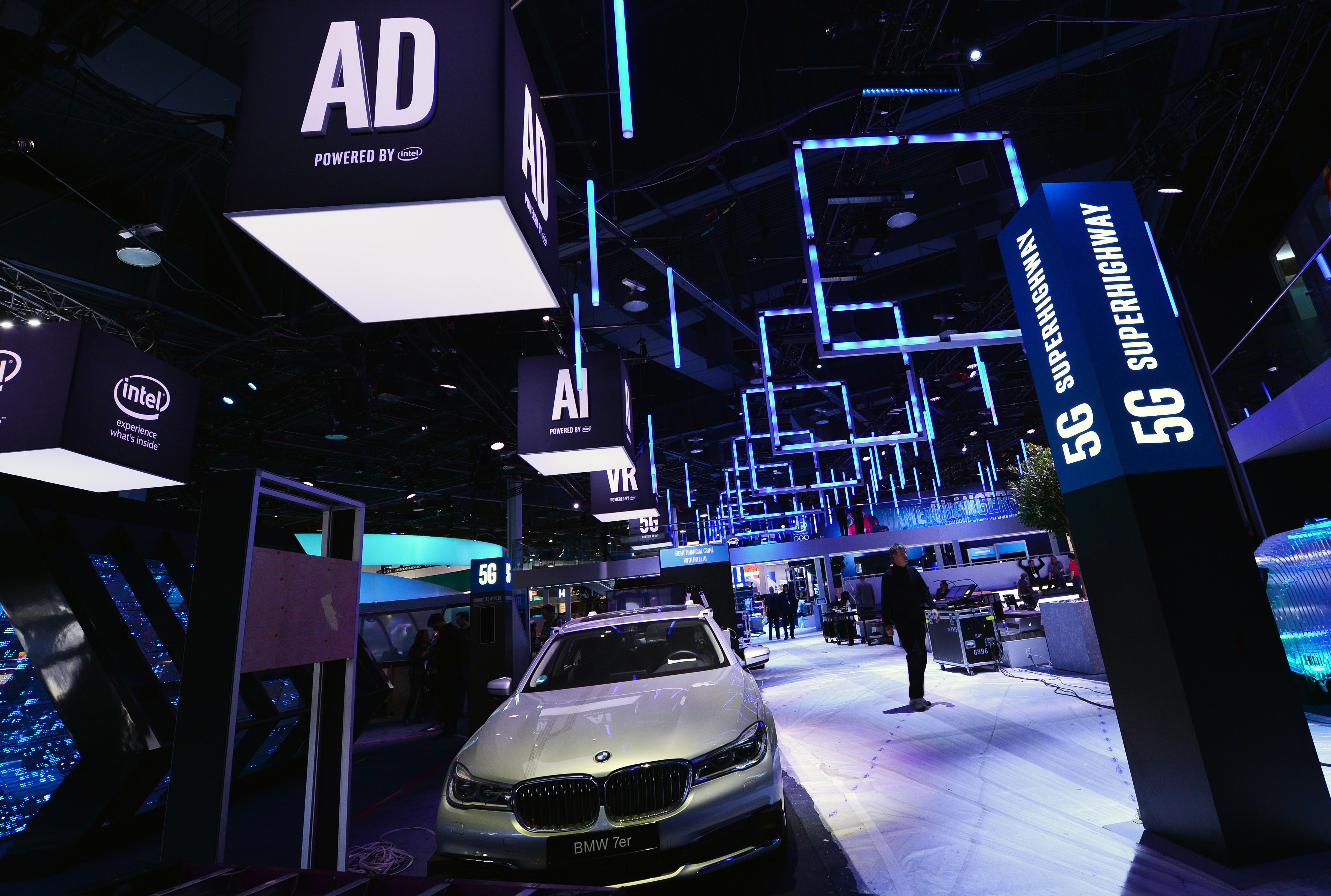 Peste 2 milioane de mașini BMW, Nissan și Volkswagen folosesc cipurile Intel pentru conducere autonomă, realizate de către Mobileye. Standul Intel la CES 2018, cu o mașiniă BMW