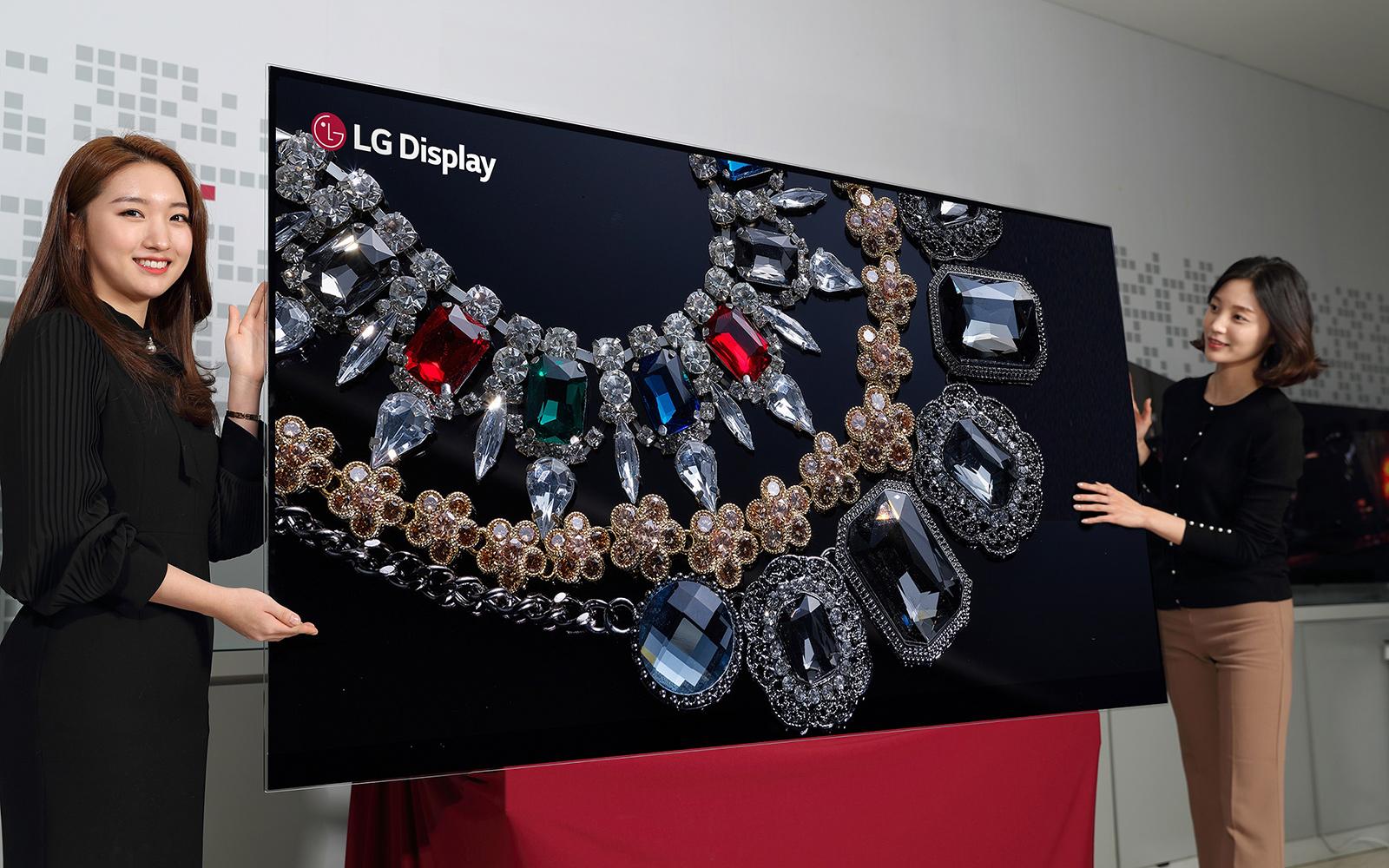 LG prezintă primul televizor OLED cu rezoluție 8K. Teevizor inteligent LG OLED 8K de 88 inchi, realizat cu ecran de la LG Display și două fete frumoase lângă el
