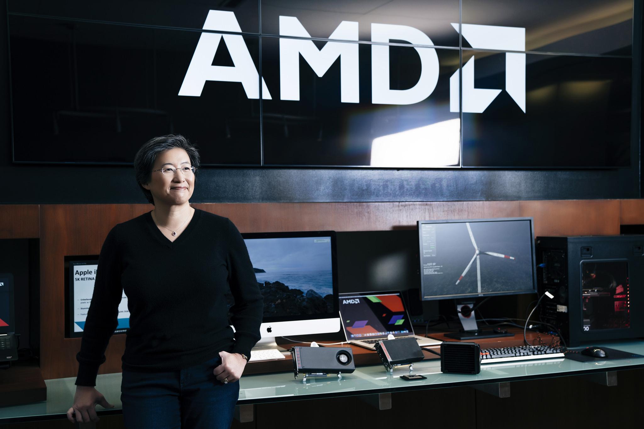 Procesoare Intel cu grafică AMD Radeon. Cele două companii au prezentat la CES 2018 cipuri Core i5 și i7 cu cipuri grafice AMD Radeon RX Vega M și 4 GB de memorie video. Lisa Su, șefa AMD, cu mai multe calculatoare și plăci video în spate