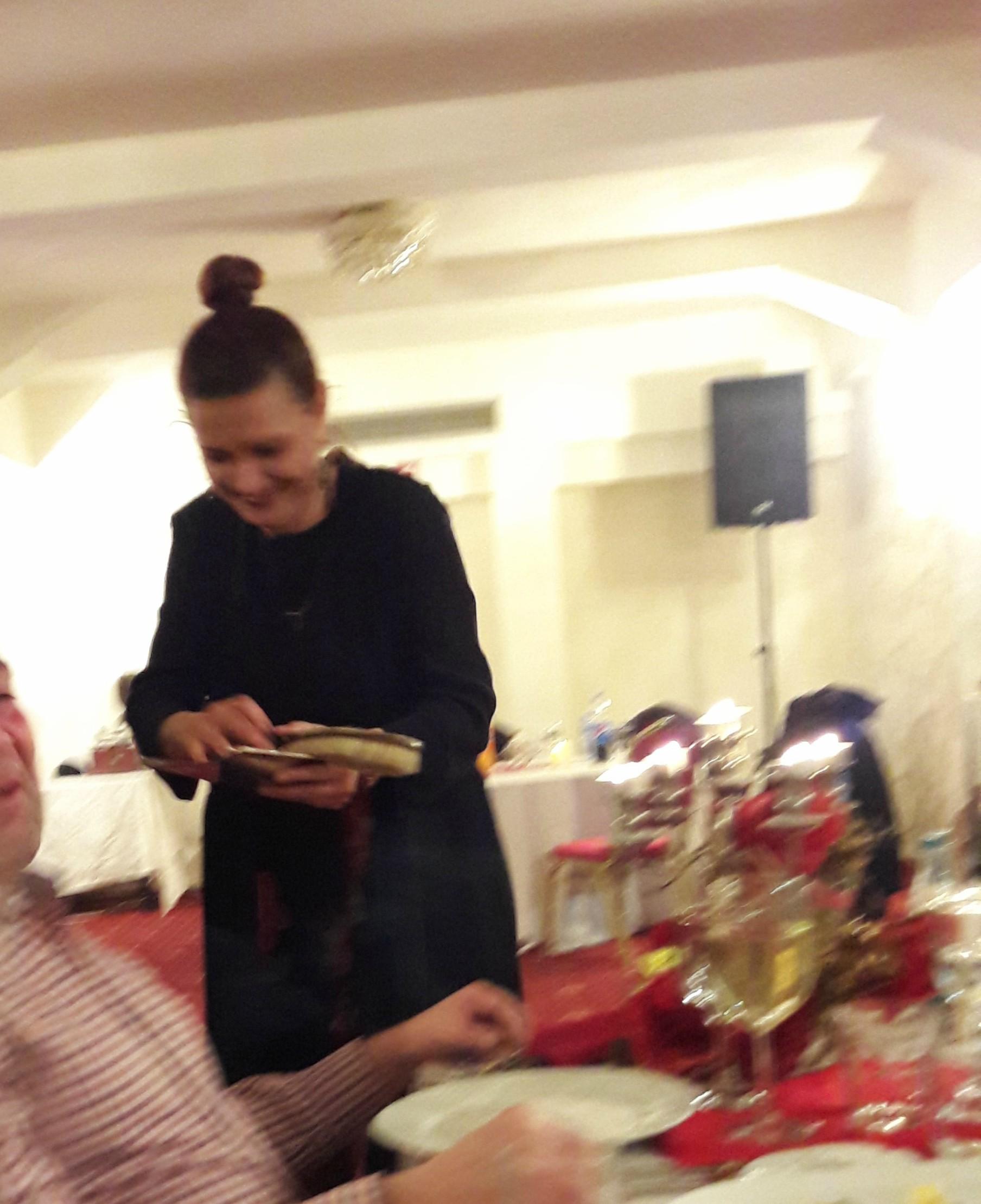 EXCLUSIV/De la actorie, la cârciumărie! Maria Buză își curăță clienții... cu măturica și fărașul