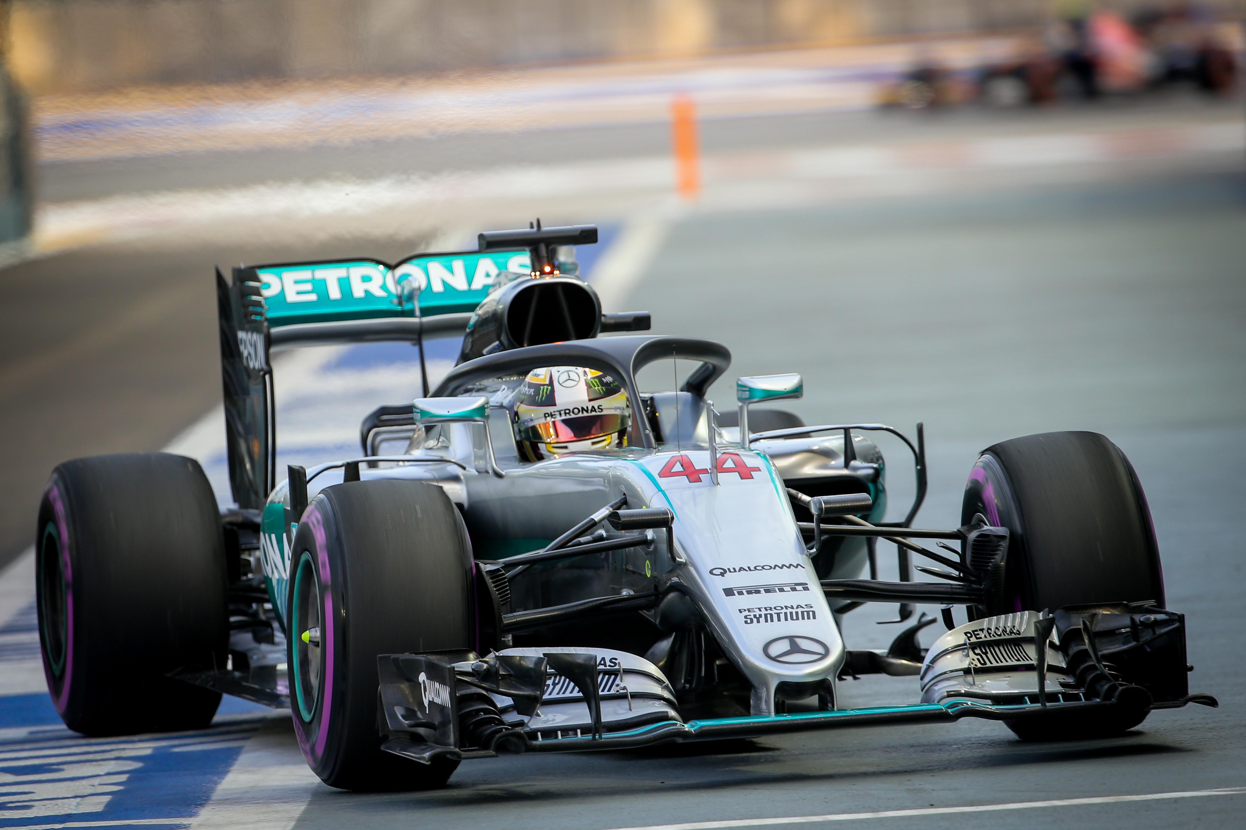 Lewis Hamilton, la bordul monopostului Mercedes dotat cu cadru de protecție a capului pilotului. (FOTO: EPA)