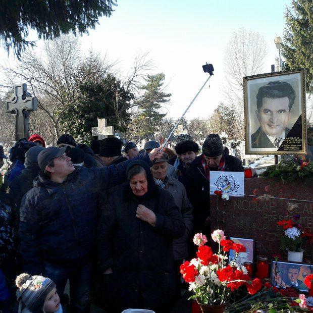Nicolae Ceaușescu ar fi împlinit 100 de ani. Zeci de nostalgici s-au adunat la cimitirul Ghencea / FOTO
