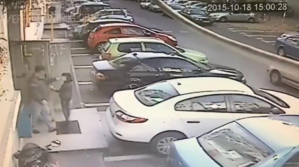 VIDEO/ Noi imagini cu polițistul pedofil Eugen Stan. Filmat în timp ce urmărea trei fetițe într-un bloc, în 2015