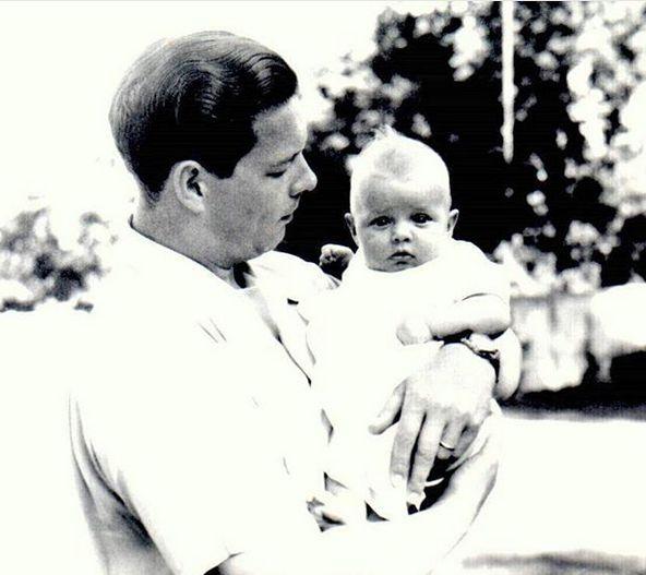 Prima fotografie care i-a fost făcută Principesei Margareta. Imagine rară în brațele tatălui ei, Regele Mihai