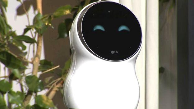 Un robot LG a clacat pe scenă în timpul prezentării oficiale de la CES 2018. Roboțelul CLOi folosește inteligența artificială, este bucălat și draguț