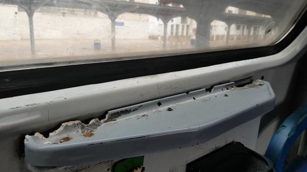 Mobilierul din trenul CFR a fost vandalizat, iar reprezentanţii companiei nu au mai alocat bani pentru reparaţii