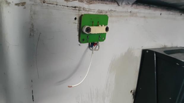 Cabluri electrice ies din perete şi atârnă la câţiva centimetri de scaunele pe care stau călătorii