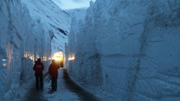 ziduri de zăpadă de peste 7 metri