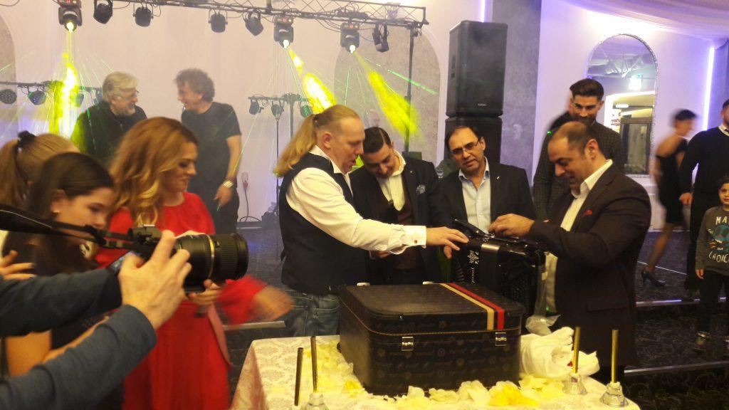 """VIDEO EXCUSIV/ Vali Crăciunescu a plâns de ziua lui. Soția i-a făcut cadou """"Rolls Royce-ul armonicelor""""!"""