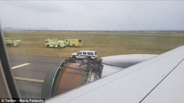 Panică la bordul unui avion care zbura spre Honolulu: Au început să cadă bucăți din motor