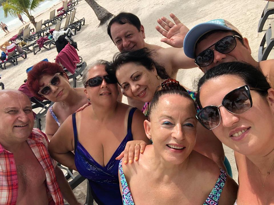 VIDEO EXCLUSIV/Maria Dragomiroiu și Bebe Mihu au sărbatorit 28 de ani de căsnicie chiar de Dragobete. Chef mare și horă românească pe plaja din Cancun