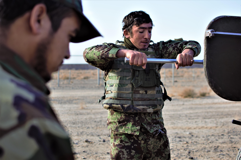JURNAL DE FRONT DIN AFGANISTAN. Ziua 6: Militarii români îi învață pe afgani să tragă cu tunul - VIDEO