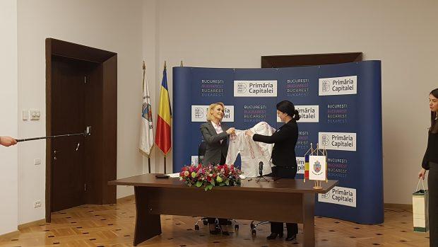 Gabriela Firea și Silvia Radu și-au făcut cadou câte o ie
