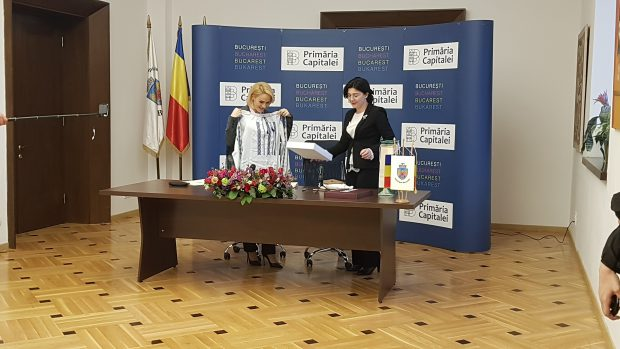 Gabriela Firea si Silvia Radu și-au făcut cadou câte o ie