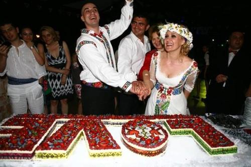 Ce tort de nuntă atipic a avut fosta prezentatoare TV Elena Lasconi. Așa ceva vezi mai rar