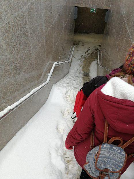 Scările pasajului pietonal de la Piața Sudului, necurățate de zăpadă