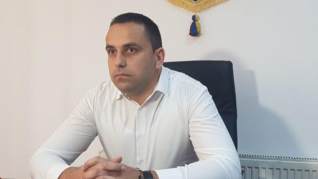 Un primar din Gorj a ridicat calculatoarele angajatelor care l-ar bârfi pe Facebook