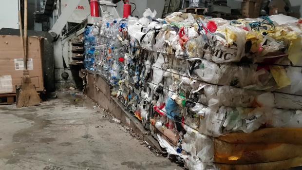 După ce sunt selectate, deşeurile sunt compactate în cuburi, care pot să aibă o greutate de până la 600 de kilograme