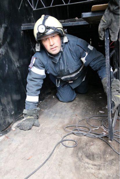 Unul dinte pompierii-ucenici, la ieșirea din labirintul în care a fost testat pentru claustrofobie și atacuri de panică