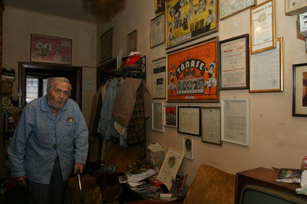 Apartamentul lui Gică Petrescu, scos la vânzare. Obiectele pe care artistul le avea în casă sunt și acum la locul lor