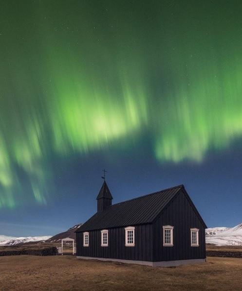 Peisaj surprins de Iurie Belegurschi în Islanda, cu Aurora Boreală deasupra uni biserici