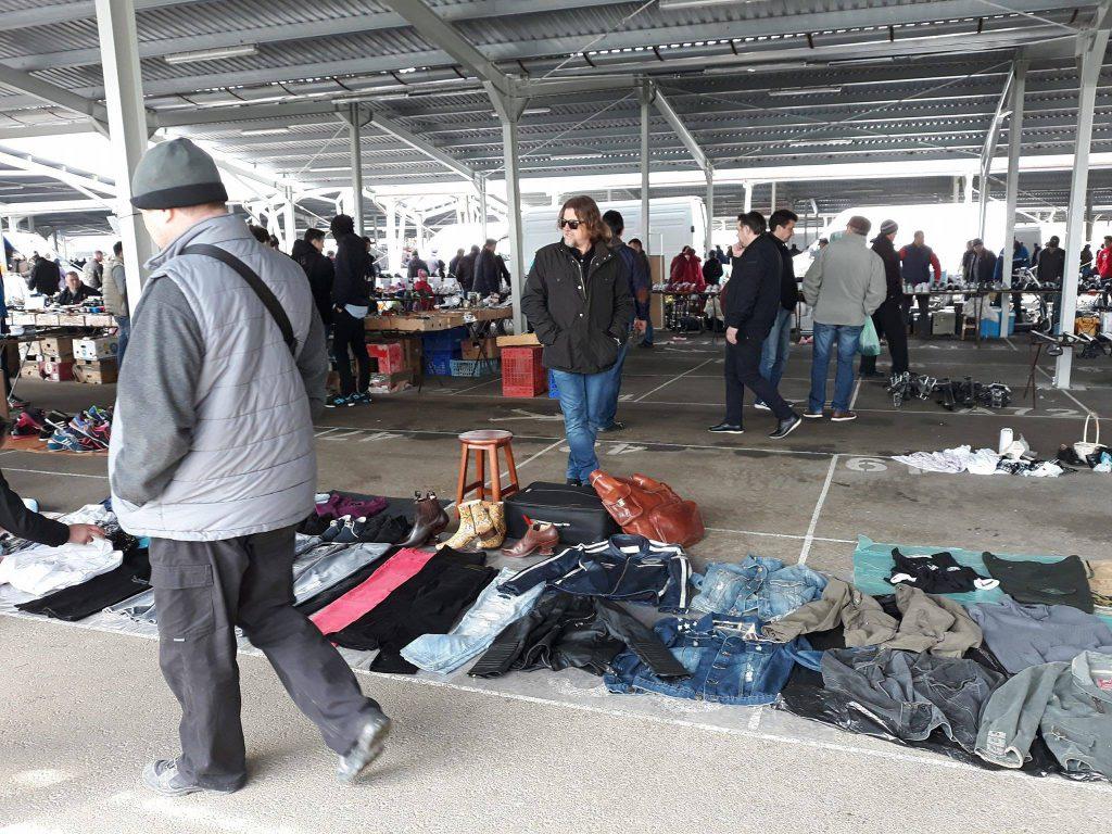 EXCLUSIV/Unul dintre artiștii cândva invidiați pentru bunăstarea sa, Adrian Sărmășan, își vinde hainele în piața de vechituri