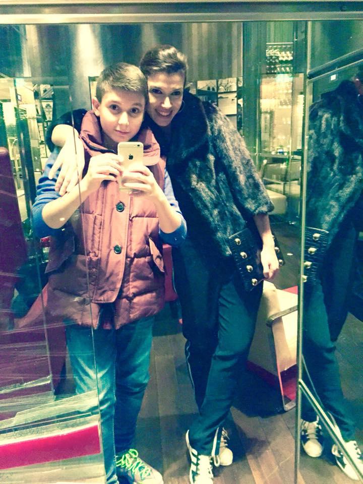 Fiul Alinei Chivulescu vrea să petreacă vacanțele cu mama lui- Alina Chivulescu se fotografiază în lift altături de fiul ei, Michael