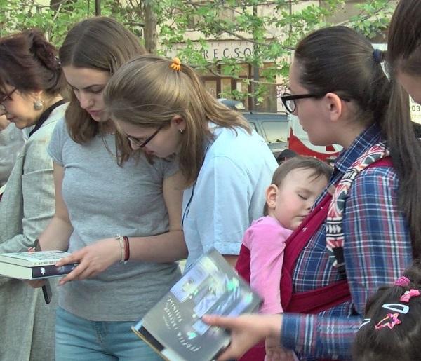 Rebeca, cel mai mic cititor, are 10 luni