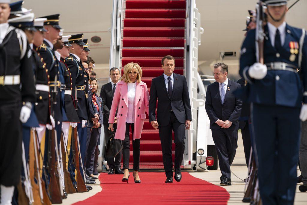 Ce ținute au ales Brigitte Macron și Melania Trump. Brigitte Macron îmbrăcată în sacoul roz la coborrea din avionul prezidențial