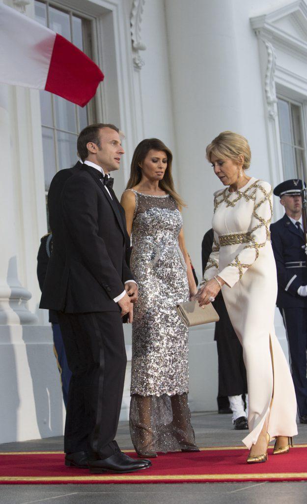 Ce ținute au ales Brigitte Macron și Melania Trump. Melania trump purtând rochie Chanel și Brigitte Macron în Louis Vuitton la cina de stat