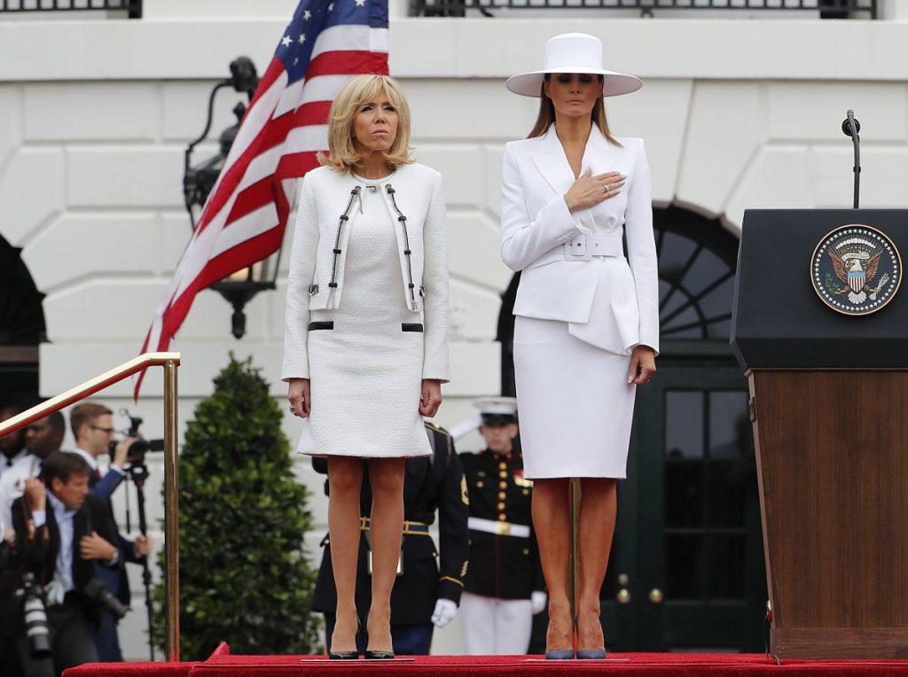 Ce ținute au ales Brigitte Macron și Melania Trump. brigitte Macron și Melania Trump îmbrăcate în alb