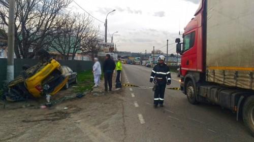 Carambol cu două autoturisme și un TIR la Șcheia. Taxi răsturnat peste o mașină parcată, după impactul cu un TIR