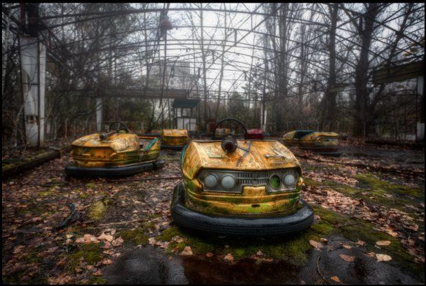 Parcul de distracţii abandonat, din Pipiat, unde maşinuţele electrice, galbene, în care ar fi trebuit să urce copiii, au ruginit pe pista acoperită cu vegetaţie contaminată